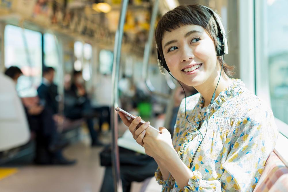 電車で通勤中に聞く女性