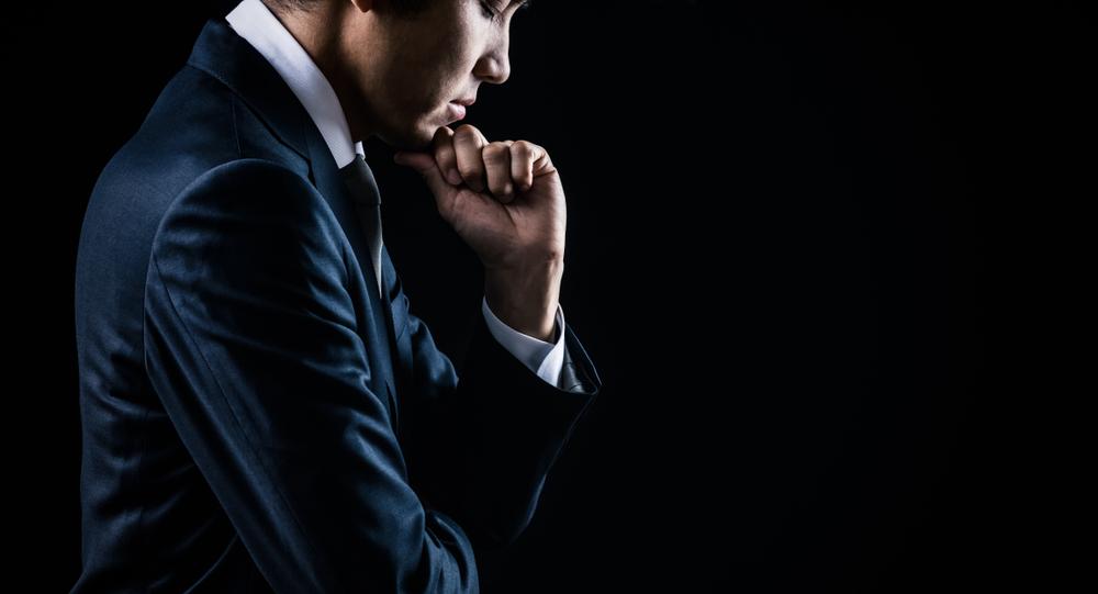 集中するスーツの男性