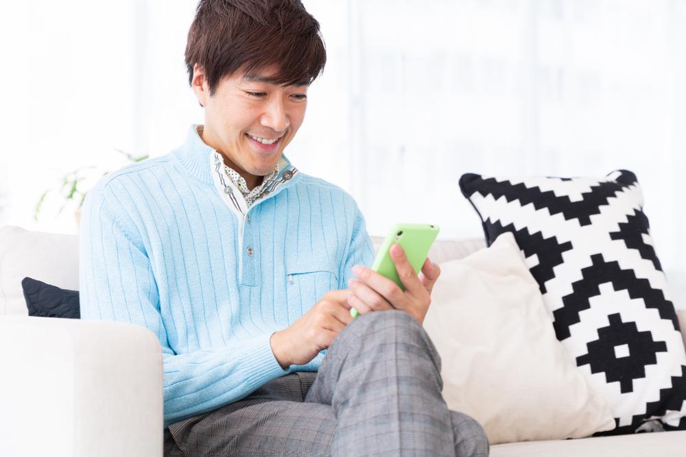 40代の男性がスマートフォンを操作する様子