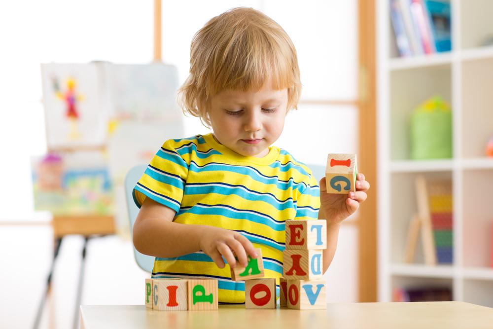 文字遊びをする子供