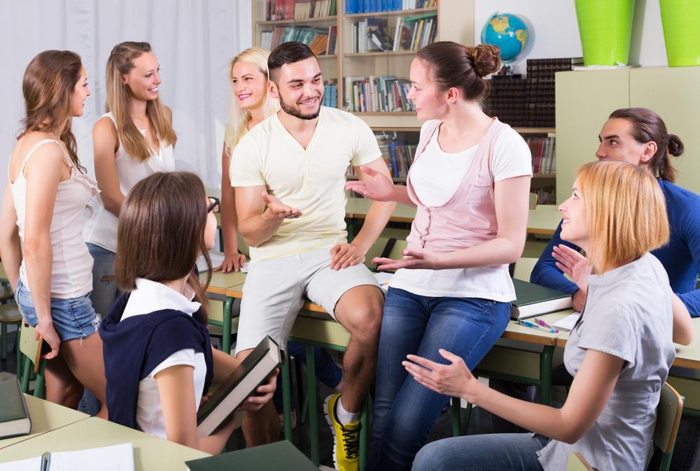 教室で話す海外の学生