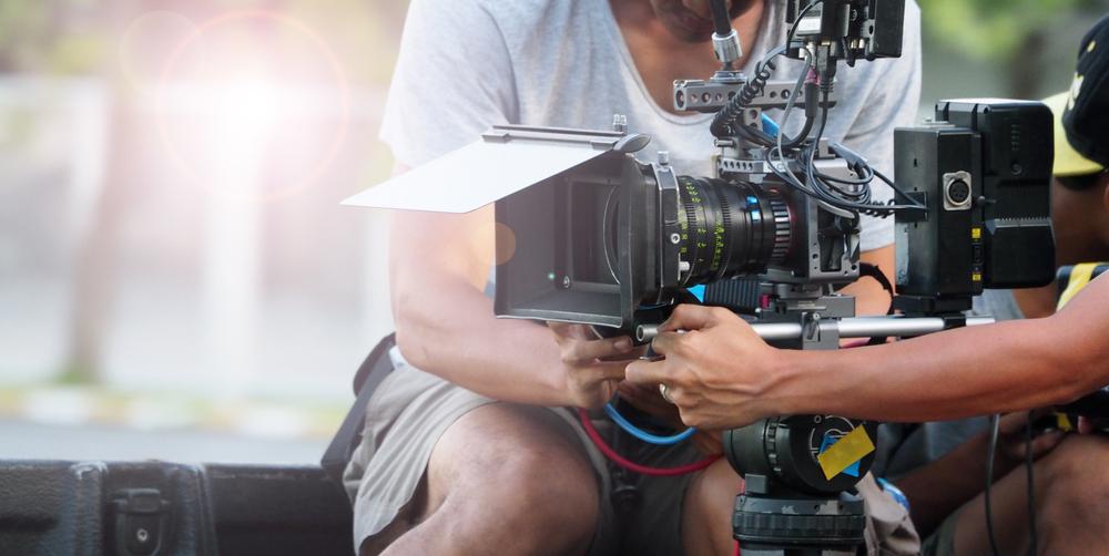 ドラマを撮影する男性