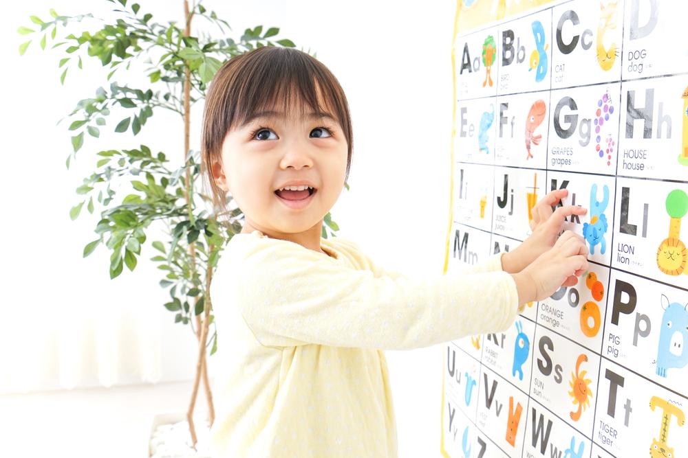 英語を学習する少女
