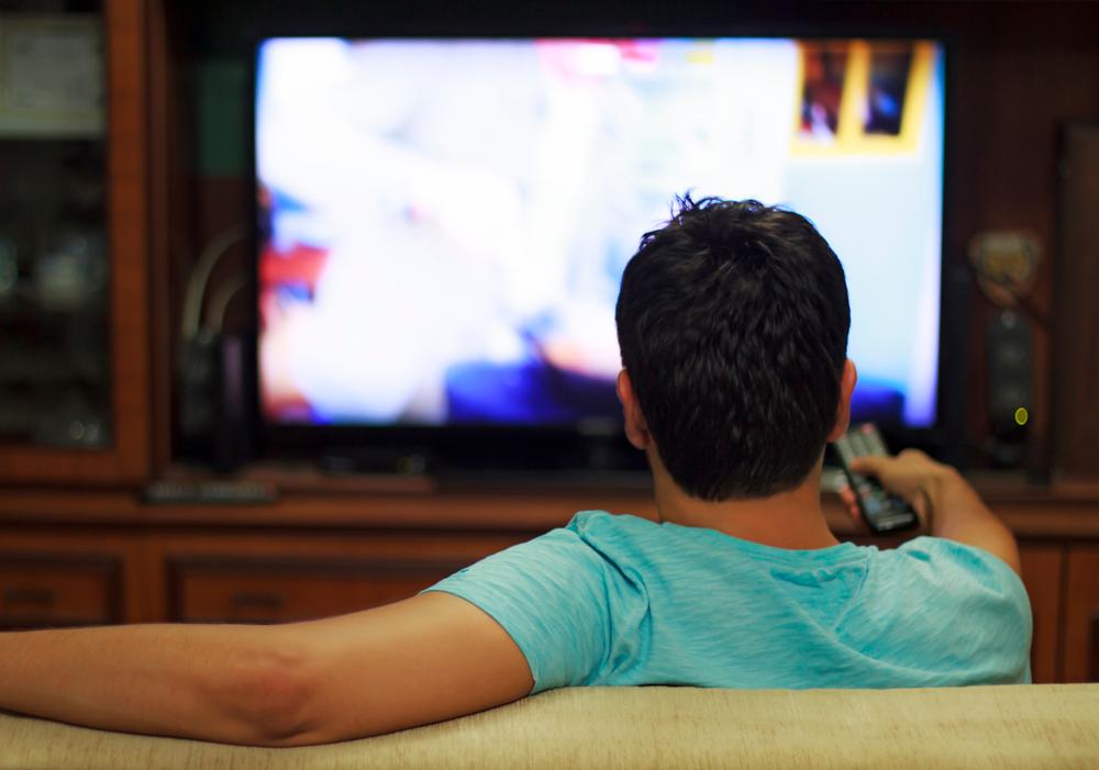 ドラマを見る男性